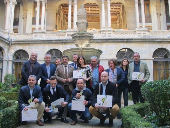 Foto de familia de premiados en los III Premios Degusta Jaén con las autoridades.