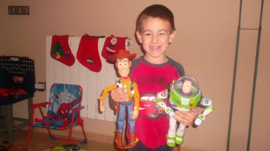 Un niño de Lopera muestra sus juguetes comprados para estas Navidades.