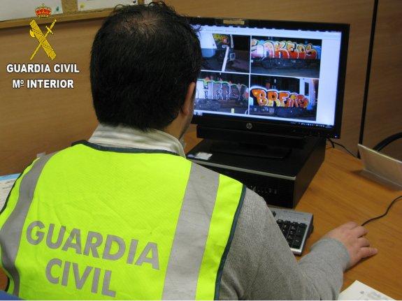 Un agente de la Benemérita maneja un ordenador. Foto: Guardia Civil.