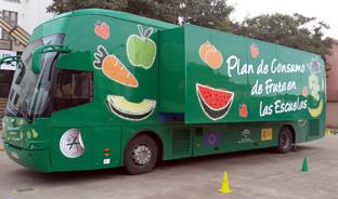 Una de las unidades móviles para la distribución de frutas y verduras. Foto: Junta de Andalucía.