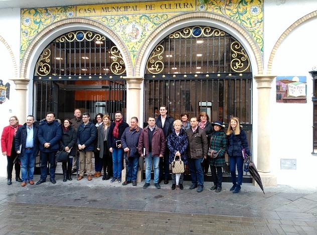 Los miembros del grupo parlamentario socialista con personas del equipo de gobierno de Andújar.