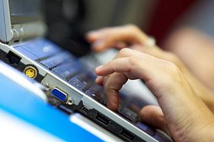Un usuario utiliza su ordenador portatil. Foto: Junta de Andalucía.
