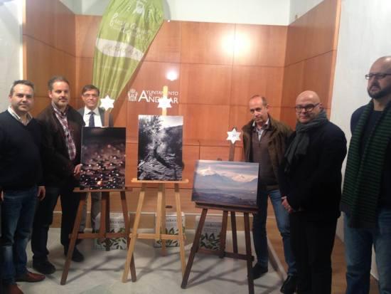 El concejal de Turismo del Ayuntamiento de Andújar, Jesús del Moral, y el diputado de Promoción y Turismo, Manuel Fernández, junto a los ganadores del concurso.