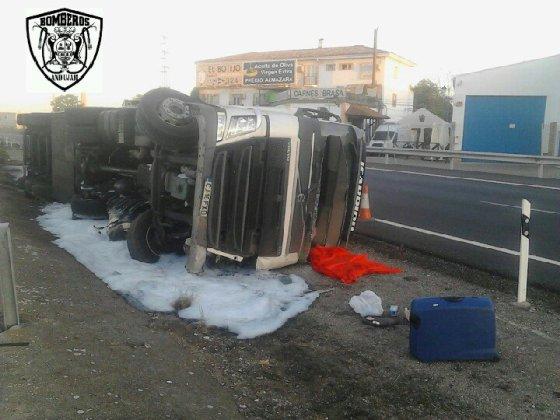 Un camión vuelca en la autovía A-4 de Andújar