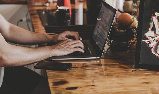 Empleo acuerda con empresas tecnológicas el acceso gratuito a programas de formación digital.