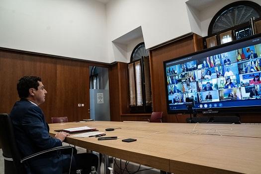 Juanma Moreno anuncia la contratación de más de 20.000 trabajadores este verano para reforzar la atención sanitaria en Andalucía.