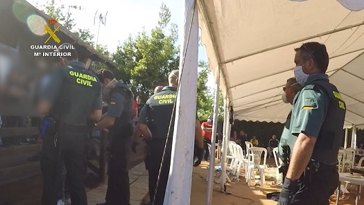 La Guardia Civil denuncia a 83 personas que se reunieron para realizar una pelea de gallos clandestina.