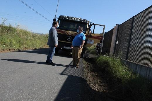 El Ayuntamiento de Andújar comienza las labores de desbroce y limpieza en las cunetas de caminos rurales.
