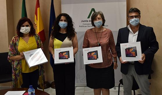 Igualdad y Unicef España reparten 380 tablets en los centros de protección de menores de Andalucía.