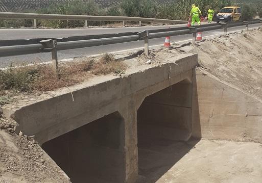Fomento acondiciona los sistemas de drenaje afectados por lluvias de la carretera A-6175 en Lopera.
