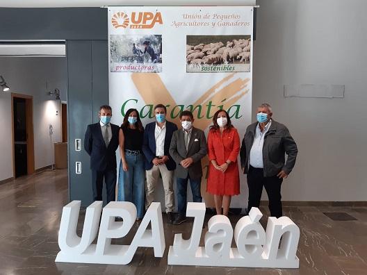 """La subdelegada destaca el compromiso del Gobierno de España con """"medidas concretas"""" para que el olivar tradicional tenga futuro."""