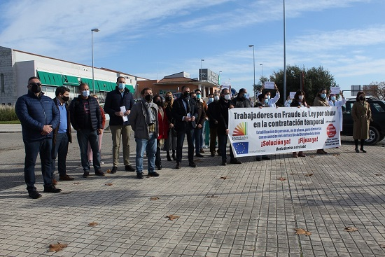 """Los alcaldes y alcaldesas de la Comarca se concentran a las puertas del Alto Guadalquivir para exigir la paralización del """"desmantelamiento"""" del centro hospitalario."""