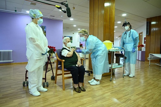 Una interna y una técnico de cuidados auxiliar de enfermería de la residencia Los Olmos, de Guadalajara, las primeras vacunadas frente a la COVID-19.