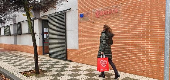 Comienza el reparto de material de sensibilización para las compras seguras frente a la Covid-19 en el comercio de Andújar.