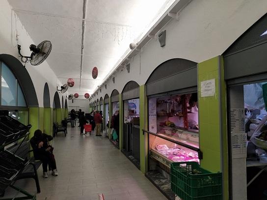 El Ayuntamiento de Marmolejo instala una línea de sonorización en el Mercado de Abastos al servicio de los comerciantes del recinto.