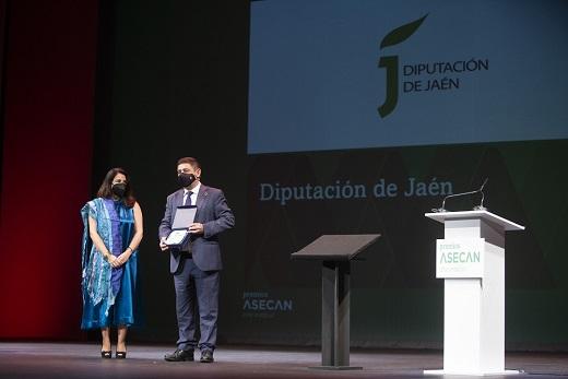 Reyes recoge el Premio Asecan de Honor concedido a la Diputación de Jaén por sus 30 años de apoyo al cine.