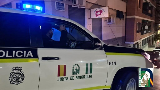 La Unidad de Policía Adscrita desaloja en Jaén un local con 17 personas que incumplían las normas sanitarias por el Covid-19.