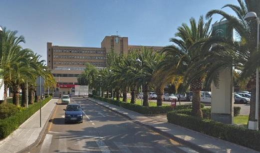 Una mujer evacuada al hospital en Linares al originarse un incendio en una mesa de camilla.