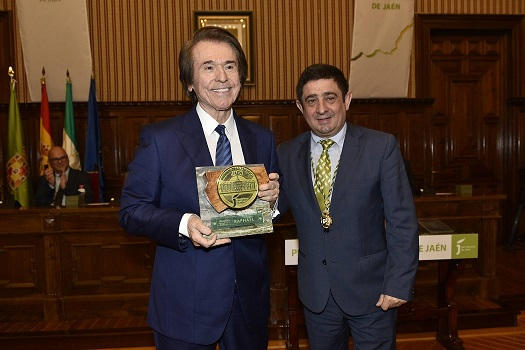 El presidente de la Diputación felicita a Raphael por la concesión del título de Hijo Predilecto de Andalucía.
