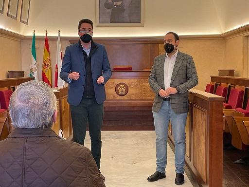 El diputado de Promoción y Turismo se reúne con artesanos de Andújar.