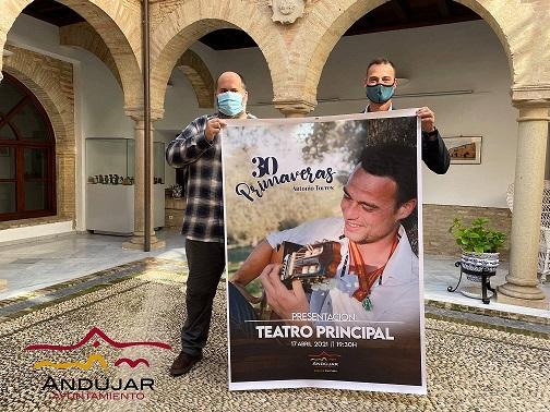 El concejal de Cultura, Juan Francisco Cazalilla, acompaña al cantante Antonio Torres en la presentación de su primer trabajo discográfico en solitario.