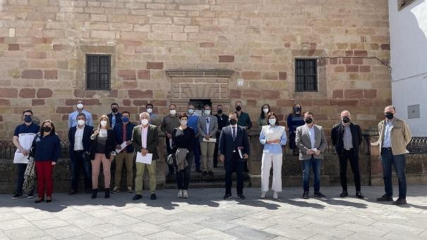 """Casi una veintena de alcaldes y alcaldesas de la provincia de Jaén se dan cita en Andújar para abordar la """"fuga"""" de profesionales médicos de los centros hospitalarios de las Agencias Sanitarias."""