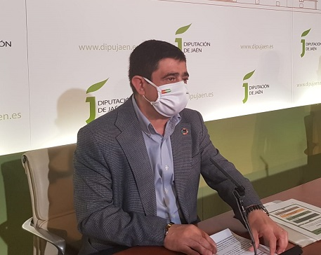 Reyes ofrece colaboración a la Junta para facilitar la vacunación pese a no ser competencia de Diputación.