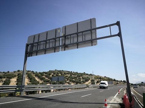Corte en la Autovía del Olivar para retirar un pórtico dañado tras un accidente de tráfico.