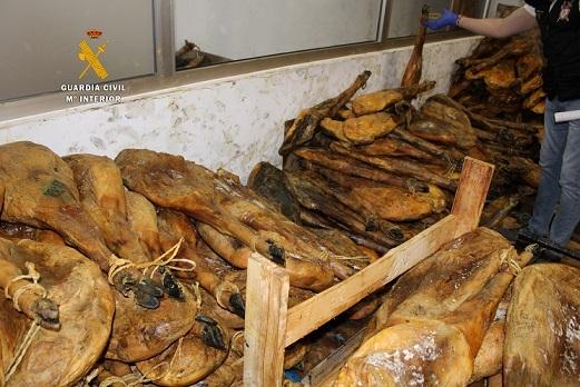 La Guardia Civil investiga a un hombre y una mujer por la venta irregular de productos ibéricos empleando ilegalmente la imagen de la denominación de Origen Guijuelo.