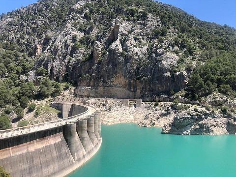 La subdelegada valora la inversión de más de 800.000 euros de la CHG para acondicionar los desagües de la presa del Quiebrajano.