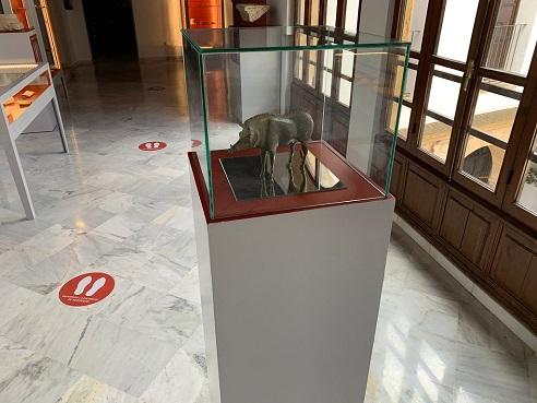 """El Museo Arqueológico de Andújar exhibe una """"pieza singular"""" de un jabalí de bronce."""