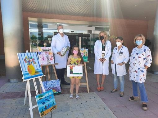 Una niña de 8 años regala seis cuadros pintados por ella misma al Hospital Alto Guadalquivir.