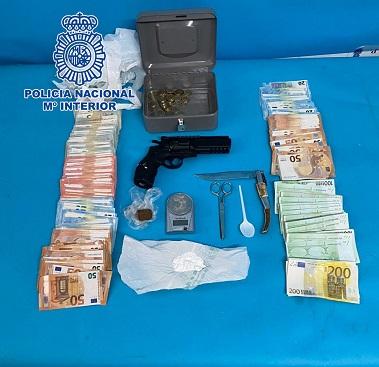 La Policía Nacional desmantela en Linares un punto negro de venta de estupefacientes.
