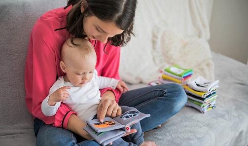 Los beneficios de leer en voz alta a los menores.