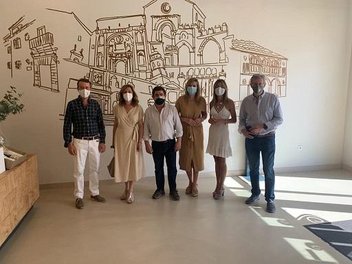 El presidente de la Diputación y la presidenta de AEMO visitan la Cooperativa El Alcázar de Baeza.
