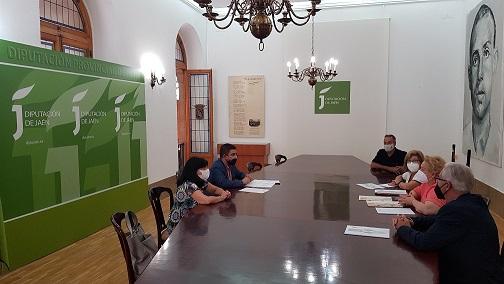 El presidente de la Diputación se reúne con miembros de la Federación de Entidades Culturales Andaluzas en Valencia.