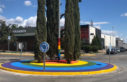 El Ayuntamiento de Andújar dedica una rotonda al colectivo LGTBI en la Avenida de Estrasburgo.