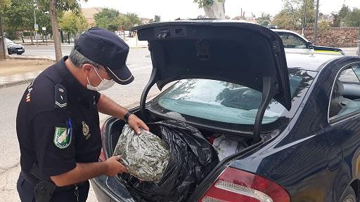 La Unidad de Policía Adscrita en Jaén detiene a dos hombres que portaban cinco kilos de marihuana en su vehículo.