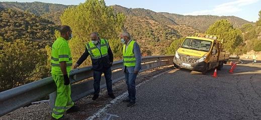 La Consejería de Fomento instala barreras de seguridad en un tramo de la A-6177 en Andújar.