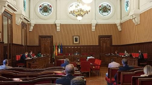 Francisco Reyes resalta el apoyo de la Diputación a los ayuntamientos y exige mayor inversión para la provincia al Estado y la Junta.
