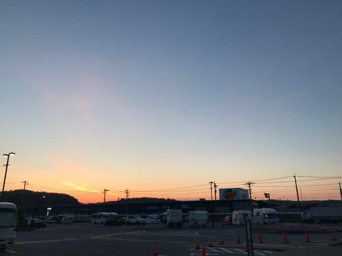 道の駅の駐車場の朝日と、車中泊するたくさんのクルマとキャンピングカーたち