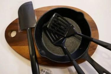 キャンプの小さいフライパンで調理しやすい100円ショップのミニターナーとシリコンスパチュラが便利