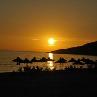 romantischer Sonnenuntergang in der Bucht von Livadh