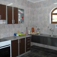 Küche mit allen Geräten und großem Kühl- Gefrierschrank.