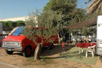 Unser Stellplatz zwischen Feuerwehrauto und Kompressor