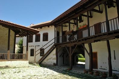 dicke Mauern und der 6-eckige Grundriss erinnern an eine Festung