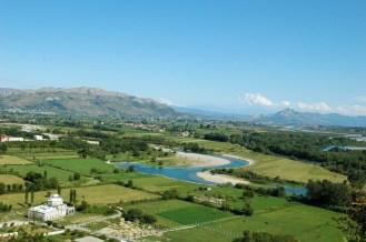 Blick vom Burghügel Rozafa auf die Flußlandschaften