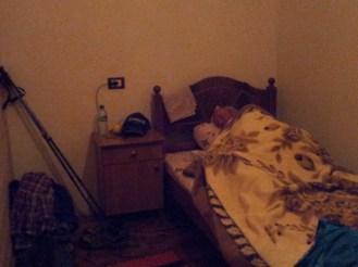 Einfaches, gemütliches Zimmer mit Vollholzmöbeln