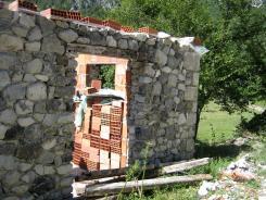 Auch neue Häuser werden mit Natursteinen verkleidet