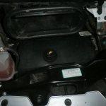 Dekselet i motoren må av når du skal montere kablene til chippen.